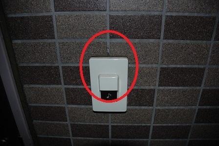 インターフォンは訪問されるお客様が指で触るものですよね。なのに・・・