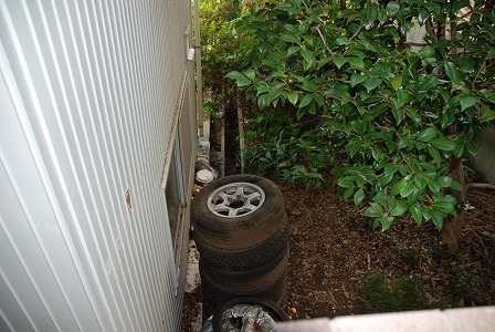 なぜか、古タイヤが放置しています・・・