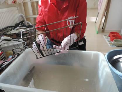 キッチン-作業手順追加 ガスコンロは五徳や受け皿など各パーツを外してつけ置き後、洗浄します。