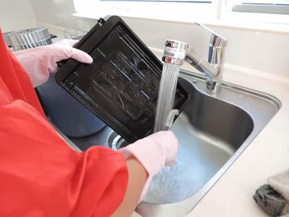 キッチン-作業手順追加 魚焼きグリルは洗剤で、油汚れを落とします。