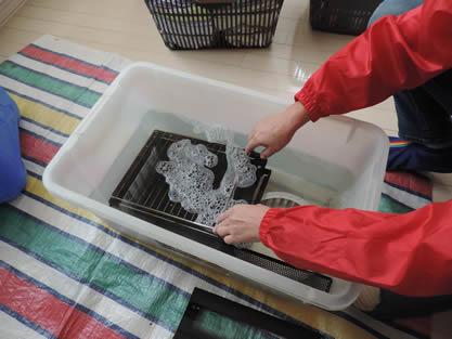 レンジフード-作業手順追加 外した部品を洗浄液につけ置きします。