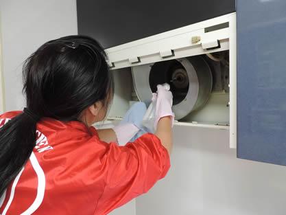 レンジフード-作業手順追加 本体、ドラムの汚れを洗浄剤やブラシで除去します。