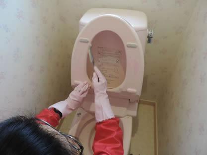 トイレ-作業手順追加 タンクの水受、便器内裏の尿石や汚れを除去します。